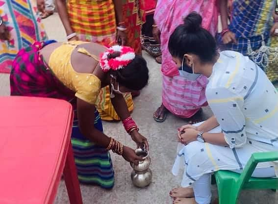 Locals gave a warm welcome to Saayoni Ghosh when she went back to Asansol after the elections for COVID relief work.