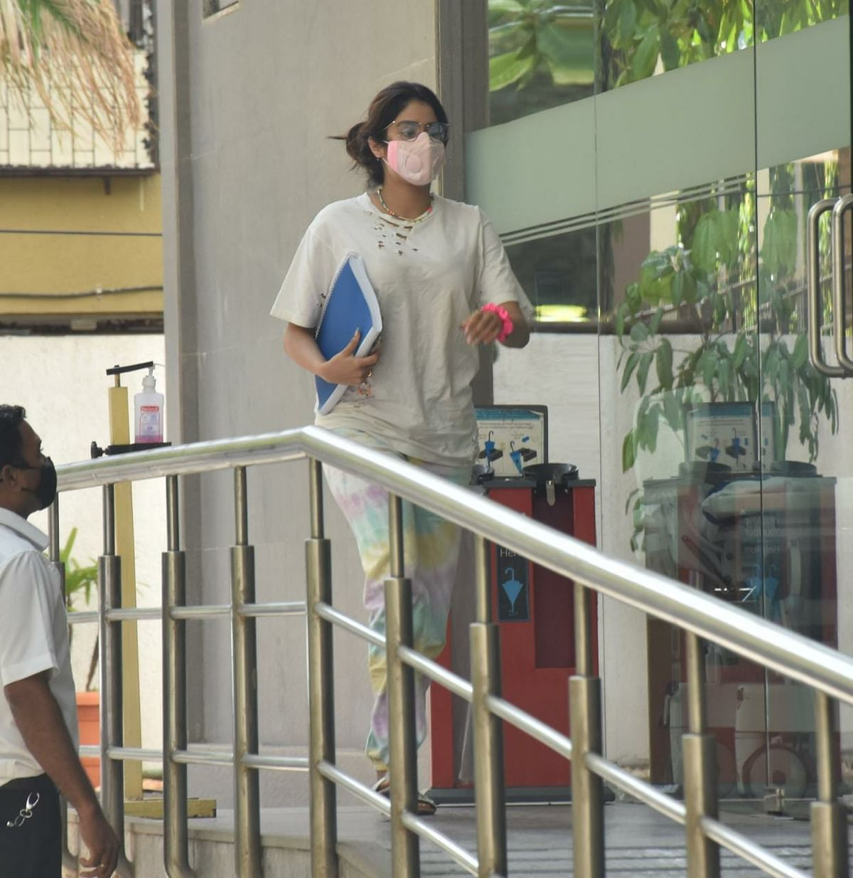 "<div class=""paragraphs""><p>Janhvi Kapoor visits sister Anshula at the hospital</p></div>"