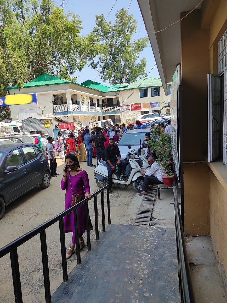 'Had to Wait 5 Hours for RT-PCR Test at Crowded Hospital in Mandi'