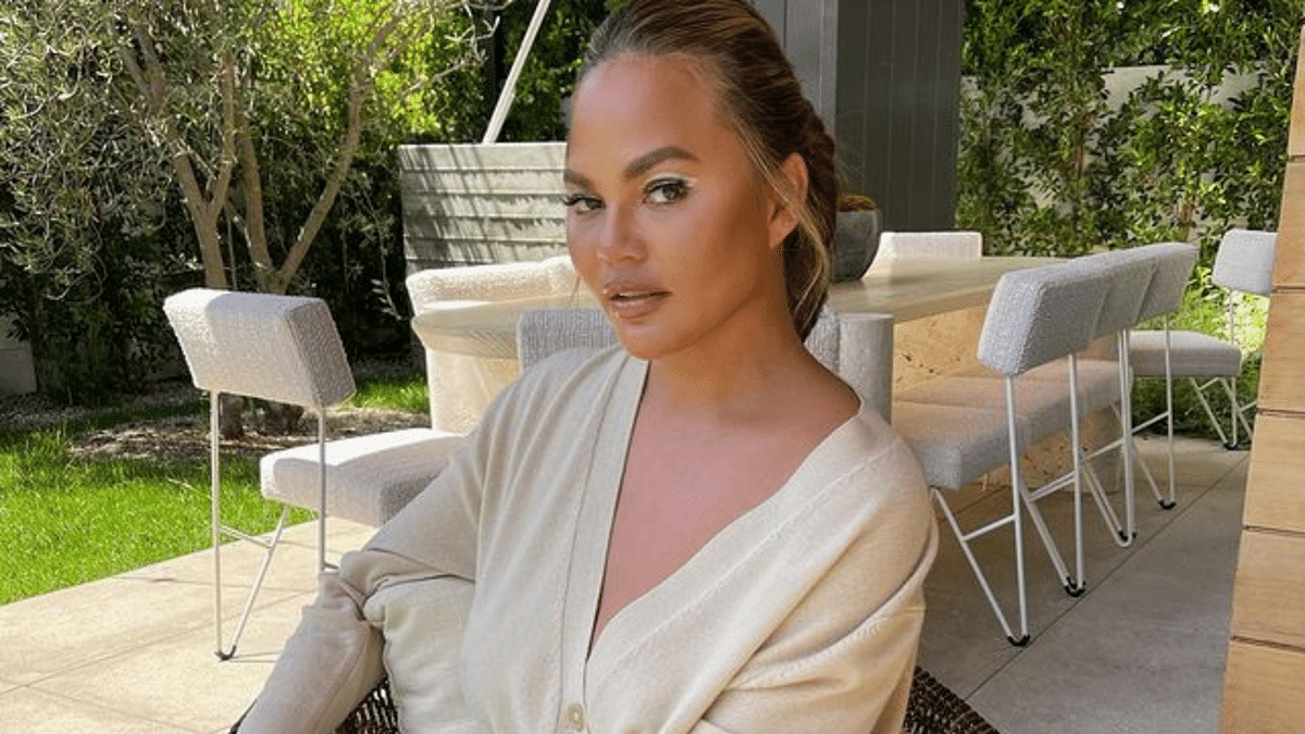 """<div class=""""paragraphs""""><p>Model Chrissy Teigen published an apology after her old tweets resurfaced.</p></div>"""
