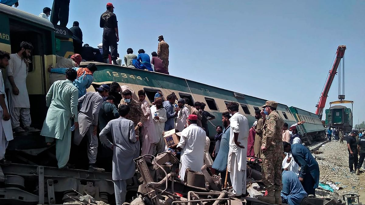 40 Dead, 100 Injured After 2 Trains Collide in Pakistan's Sindh