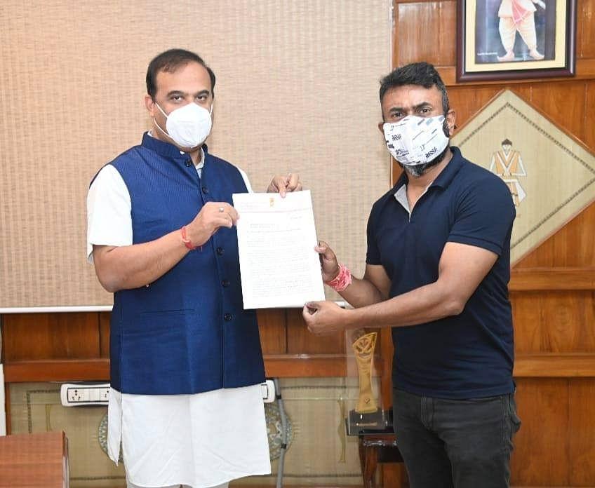 "<div class=""paragraphs""><p>Rupjyoti Kurmi submitting a memorandum to Assam CM Himanta Biswa Sarma on 4 June.&nbsp;</p></div>"