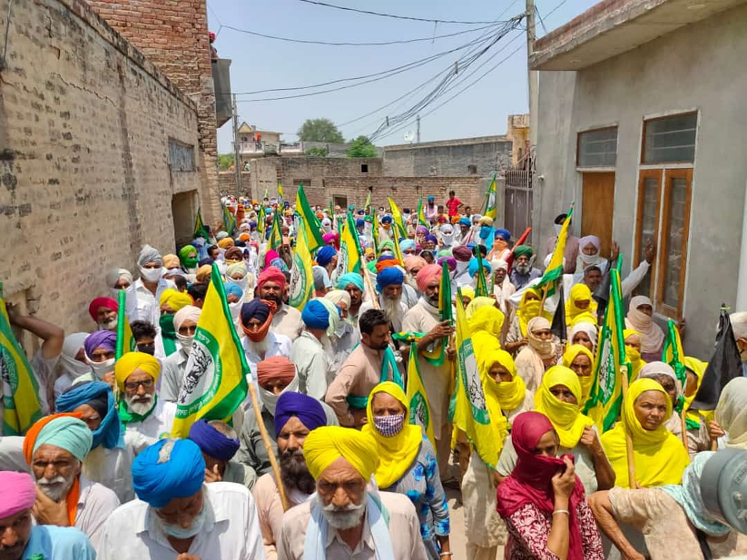 In front of BJP leader Dayal Sodhi's house in Bathinda, farmers and workers gathered and burnt copies of agricultural laws.