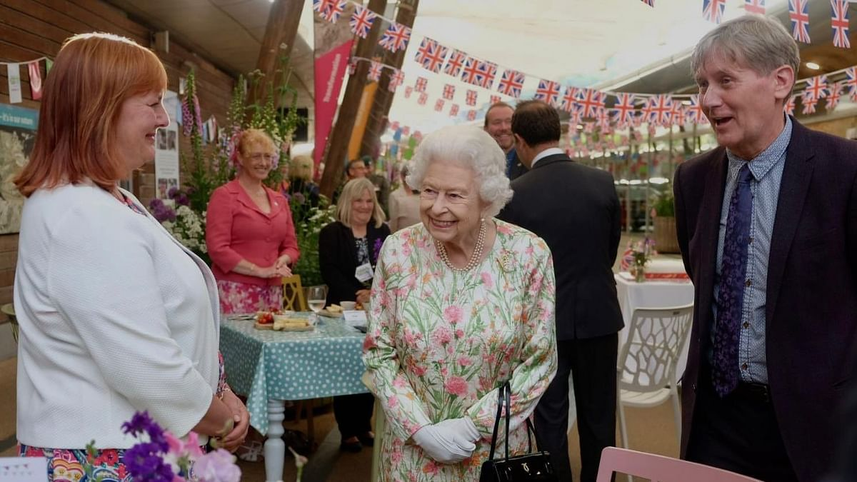 Royal Humour at G7 Summit: Queen Cuts Cake With Sword, Cracks Joke