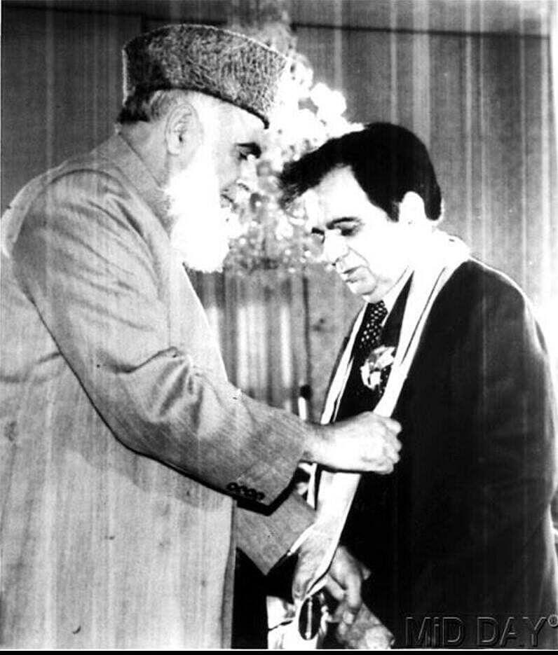 "<div class=""paragraphs""><p>Dilip Kumar being awarded with Nishan-e-Imtiaz, the highest civilian honour of Pakistan by the then&nbsp;then President of Pakistan, Rafiq Tarar.</p></div>"