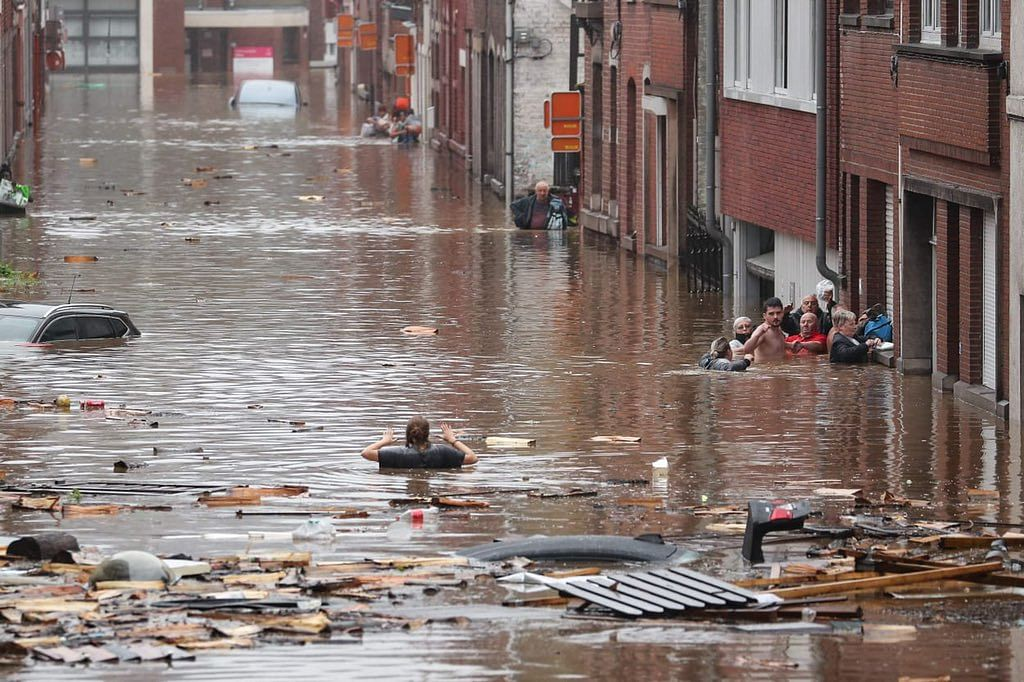 """<div class=""""paragraphs""""><p>Heavy rains have created a flood-like situation in western Germany.</p></div>"""