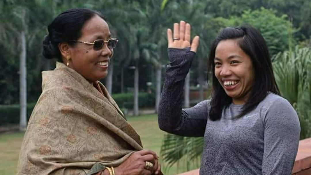 """<div class=""""paragraphs""""><p>Mirabai Chanu with her mother in New Delhi.</p></div>"""