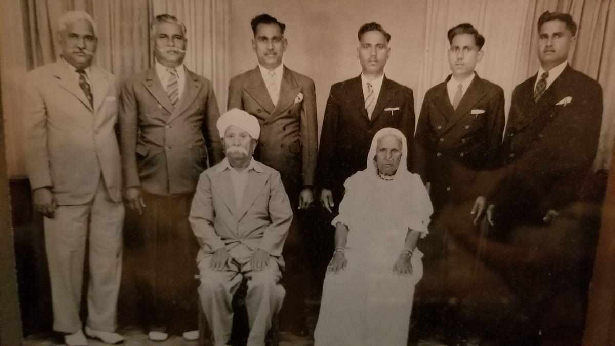 """<div class=""""paragraphs""""><p>Sanjay Sen's great grandparents.</p></div>"""