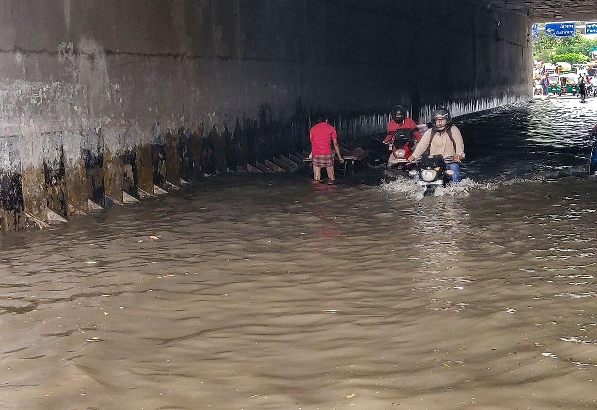 "<div class=""paragraphs""><p>Commuters during rain as monsoon reaches New Delhi.</p></div>"