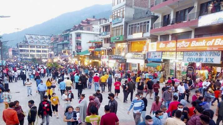 """<div class=""""paragraphs""""><p>Crowds at Mall Road, Manali</p></div>"""