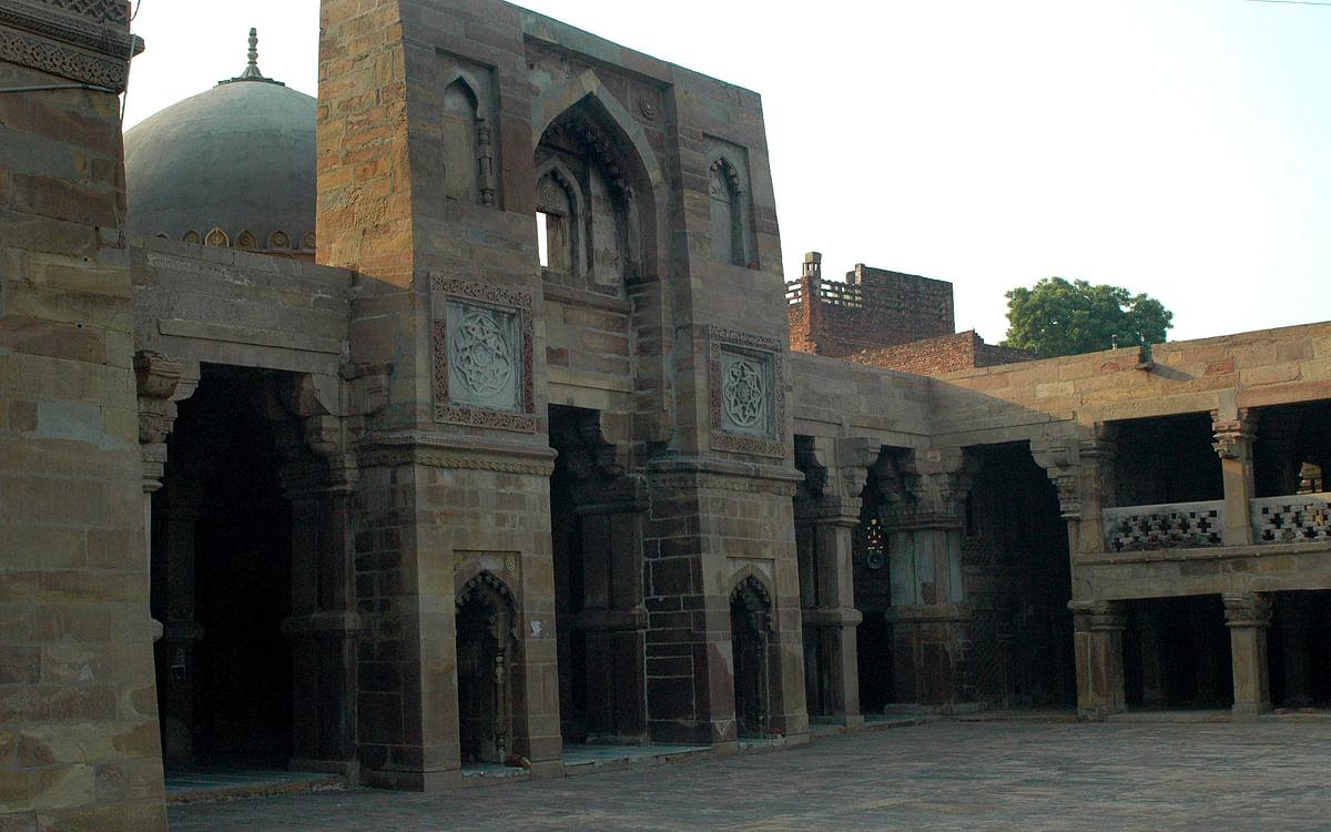"<div class=""paragraphs""><p>The Atala Masjid in Jaunpur, Uttar Pradesh is a 14th century structure.</p></div>"