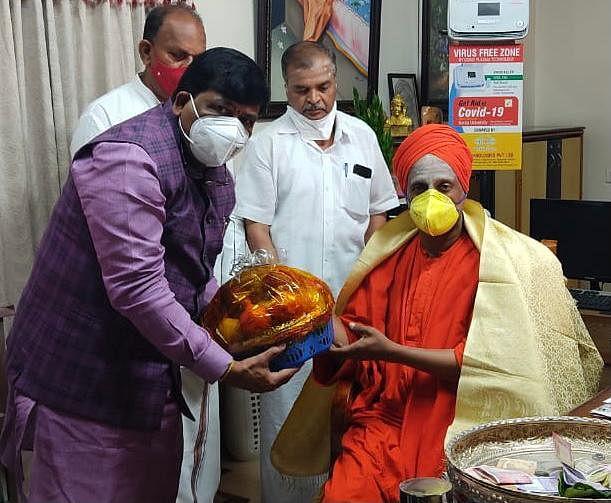 "<div class=""paragraphs""><p>Murugesh Nirani with Tumkur Swami</p></div>"