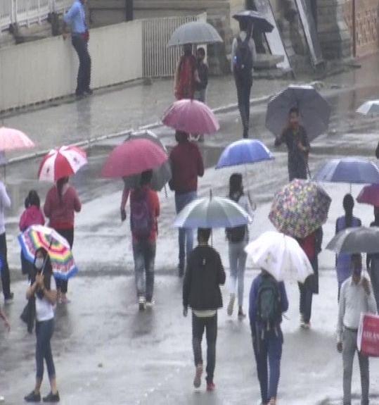 """<div class=""""paragraphs""""><p>Tourists continue to go to Shimla despite rain.</p></div>"""