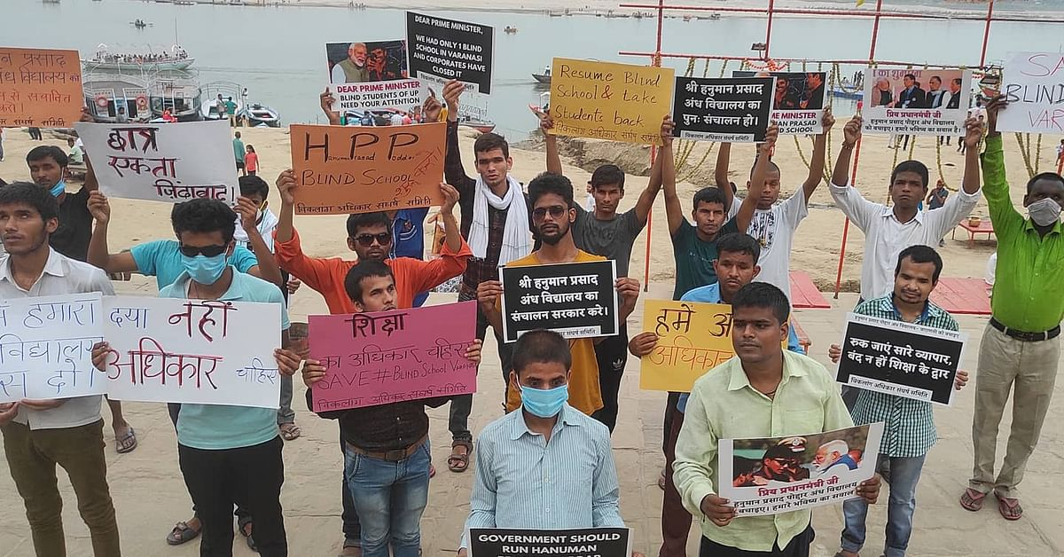 """<div class=""""paragraphs""""><p>Students and alumni of the school stage protest  discontinuation of classes.</p></div>"""