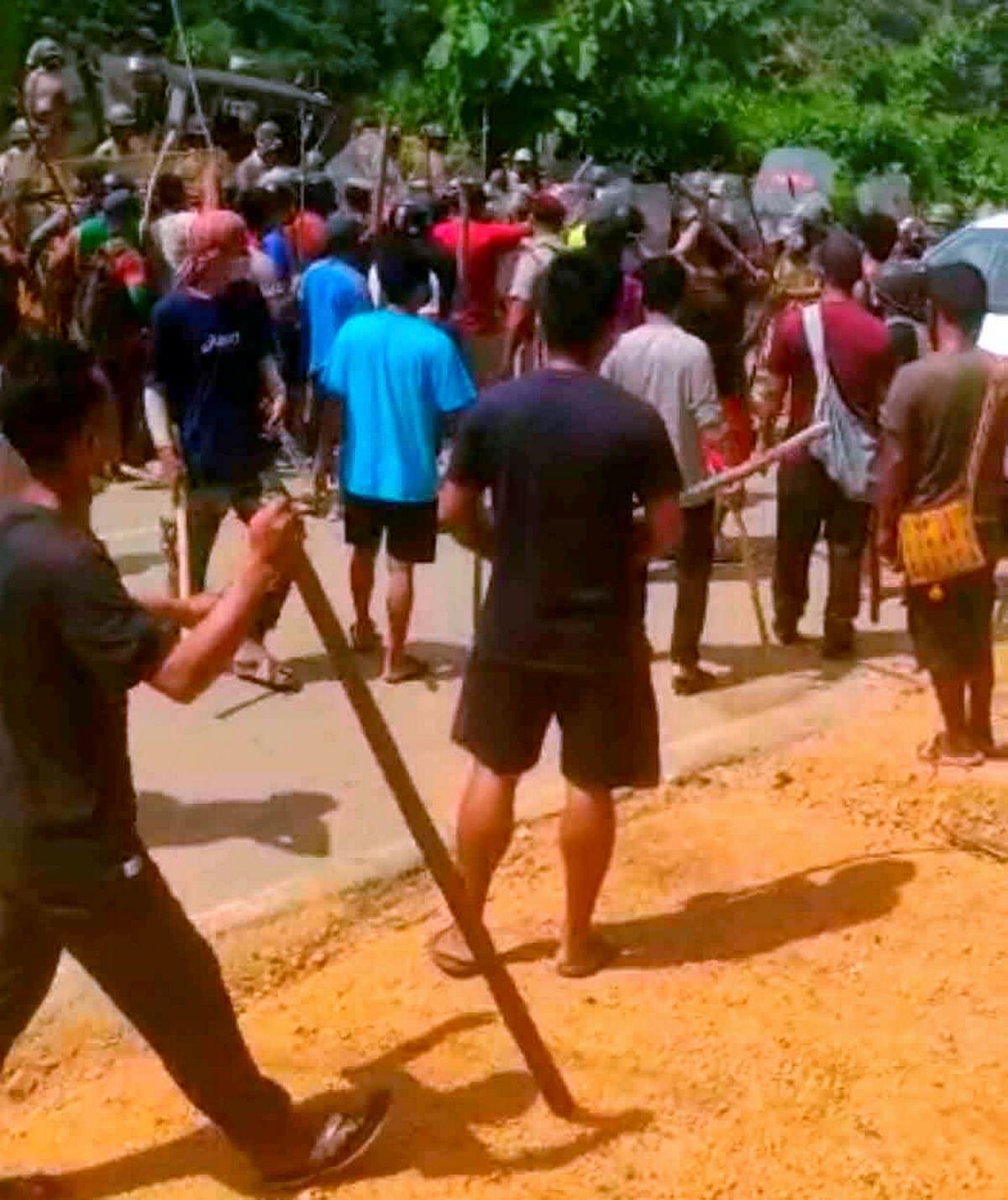 "<div class=""paragraphs""><p>Locals clash with policemen near the Assam-Mizoram border.</p></div>"