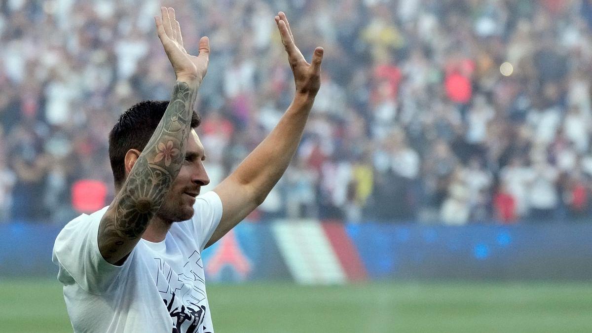 """<div class=""""paragraphs""""><p>Messi acknowledges the PSG fans&nbsp;</p></div>"""