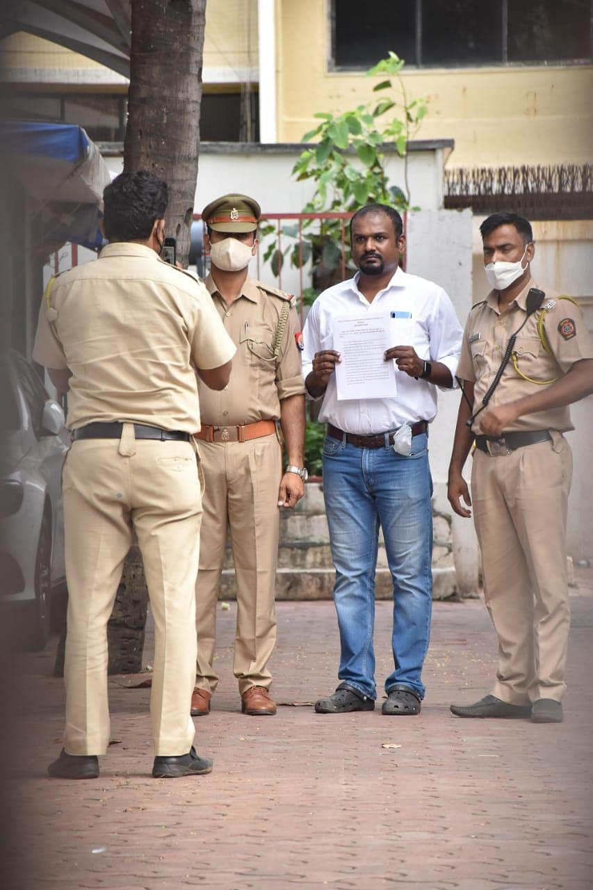 "<div class=""paragraphs""><p>A team of policemen outside Shilpa Shetty's house.&nbsp;</p></div>"