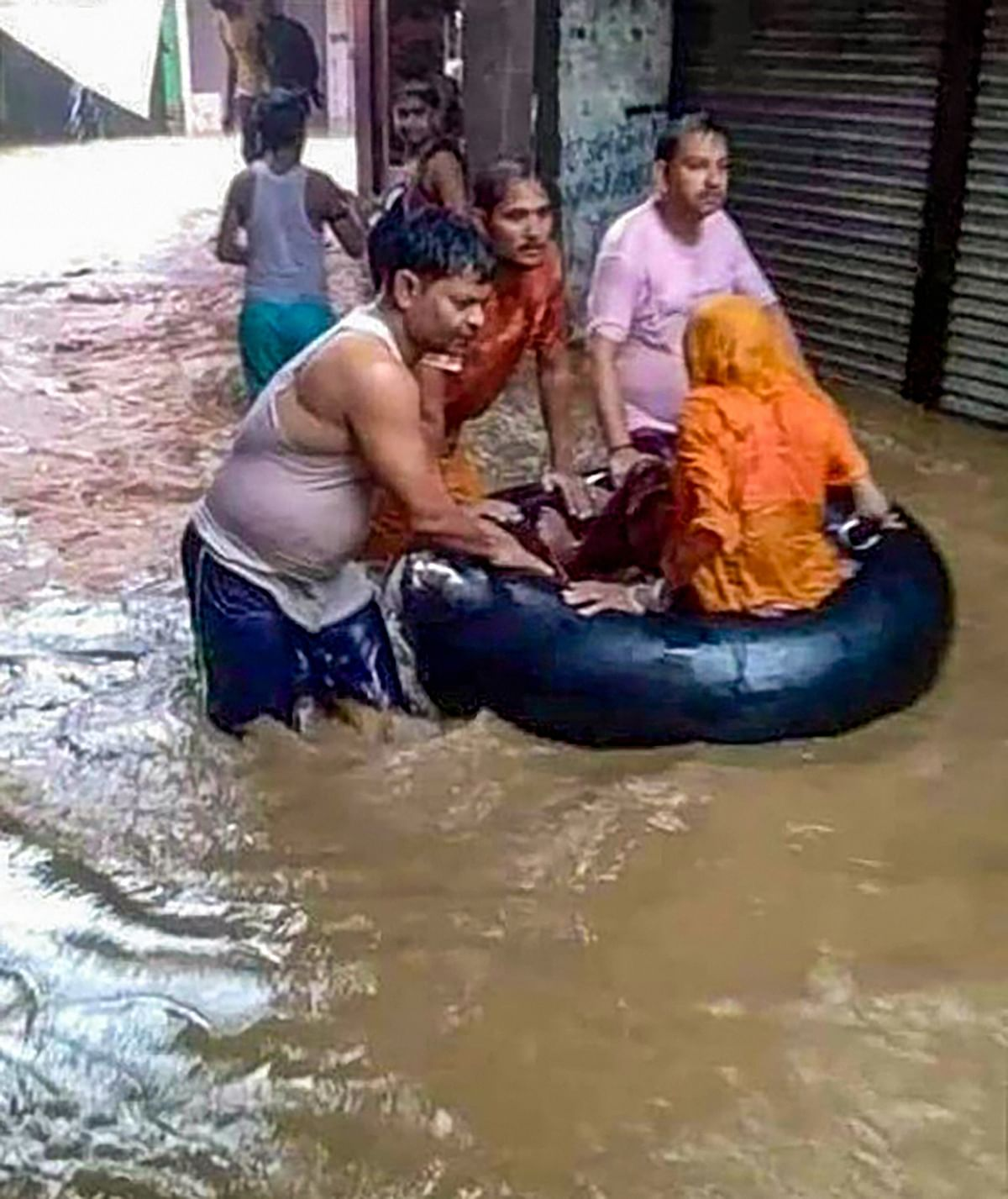 """<div class=""""paragraphs""""><p>Flood-hit people being rescued from a low-lying locality near the Seep River in Sheopur, Madhya Pradesh</p></div>"""