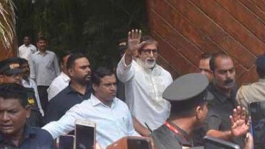 """<div class=""""paragraphs""""><p>Jitendra Shinde can be seen on Amitabh Bachchan's right, wearing a white shirt</p></div>"""