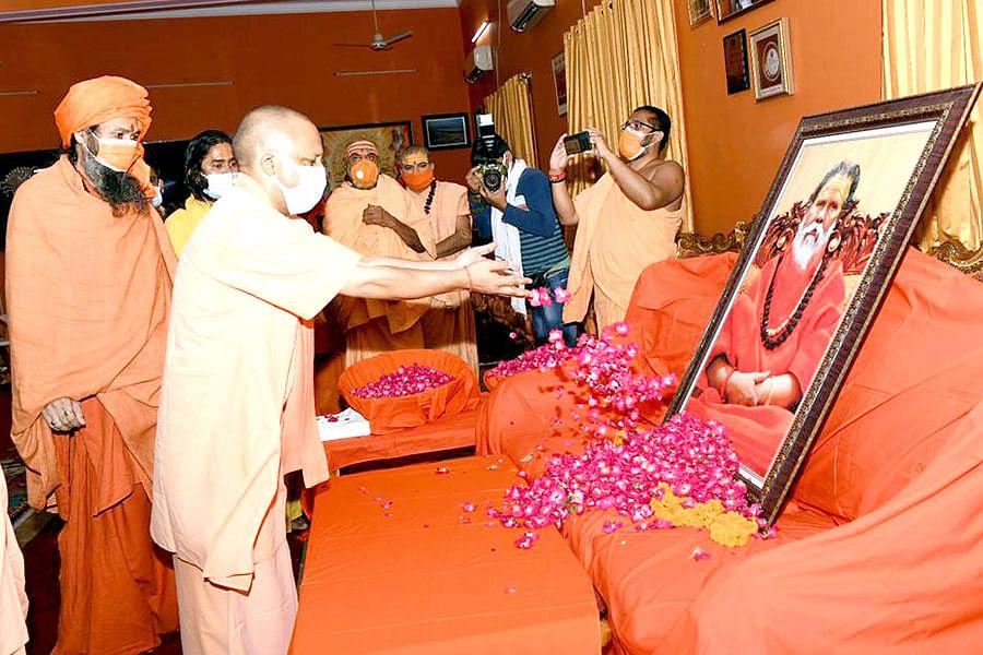 "<div class=""paragraphs""><p>Chief Minister Yogi Adityanath paying to Narendra Giri&nbsp;</p></div>"