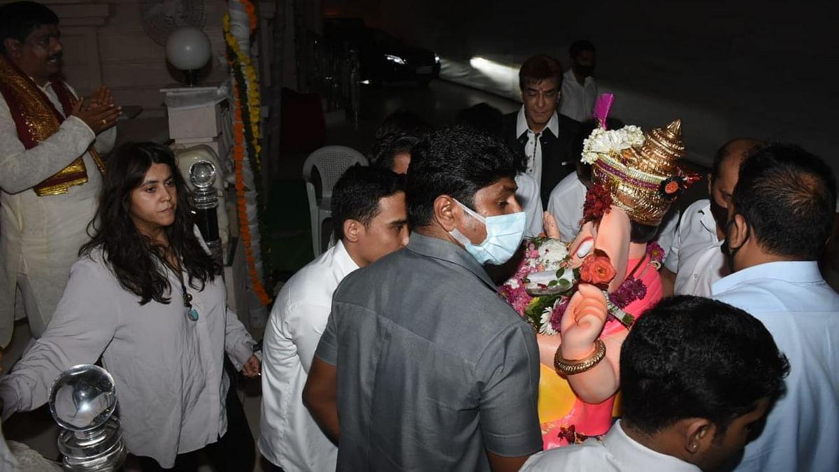 Pics: Ekta Kapoor Performs Ganesh Visarjan With Tusshar Kapoor, Jeetendra