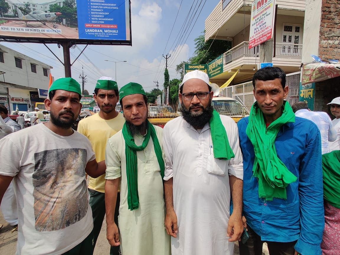 """<div class=""""paragraphs""""><p>Shaan Mohammad and Karigayor (middle left and right) are applauded when they speak of Hindu Muslim unity.</p></div>"""