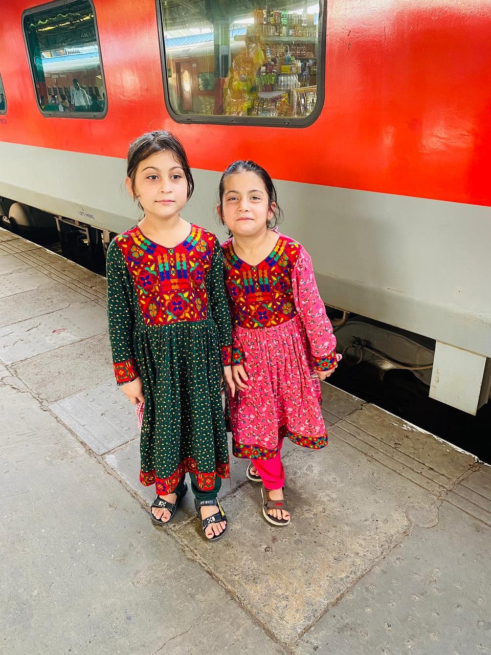"""<div class=""""paragraphs""""><p>After landing in Delhi, Khan moved to Howrah with his daughters on his uncle's suggestions.</p></div>"""