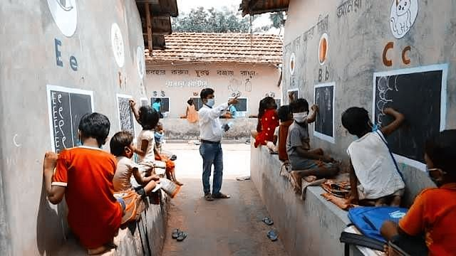 Bengal Teacher Turns Streets Into Classrooms, After School Shut Since Lockdown