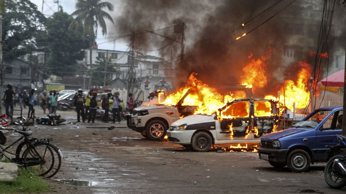 """<div class=""""paragraphs""""><p>Vehicles in flames after clashes between BJP supporters and CPI(M) activists, in Agartala.</p></div>"""