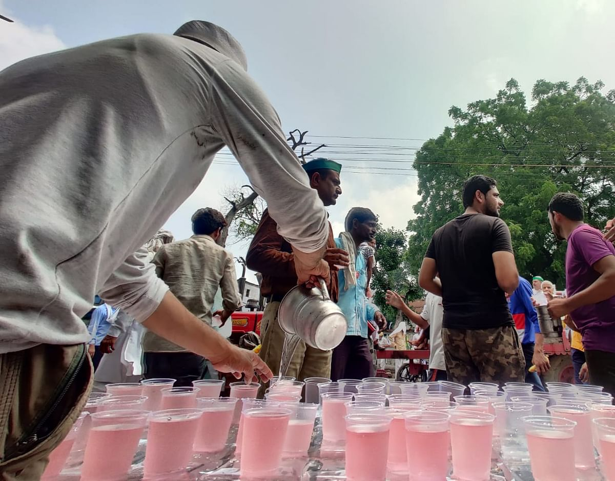 """<div class=""""paragraphs""""><p>There were several stallsof food, water lined up in the roads leading to the GIC grounds.</p></div>"""