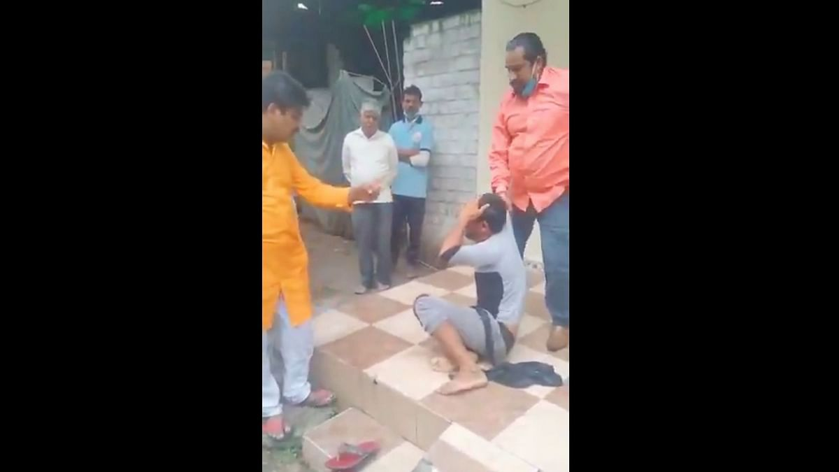 """<div class=""""paragraphs""""><p>A bangle-seller being beaten up in Indore.</p></div>"""
