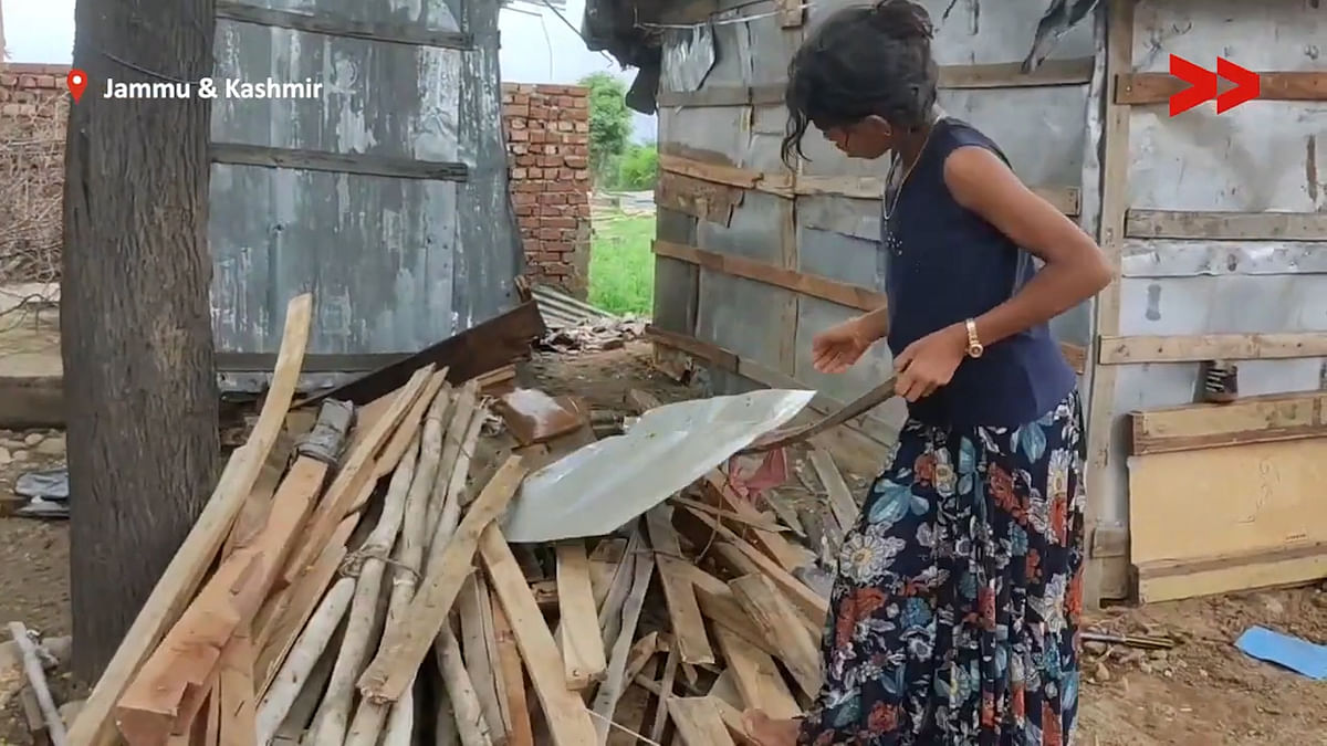 """<div class=""""paragraphs""""><p>A young Rohingya refugee goes about doing her daily work.</p></div>"""
