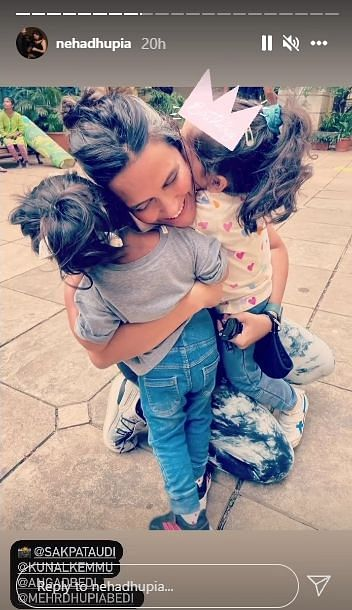 """<div class=""""paragraphs""""><p>Neha with her daughter Mehr and Inaaya.</p></div>"""