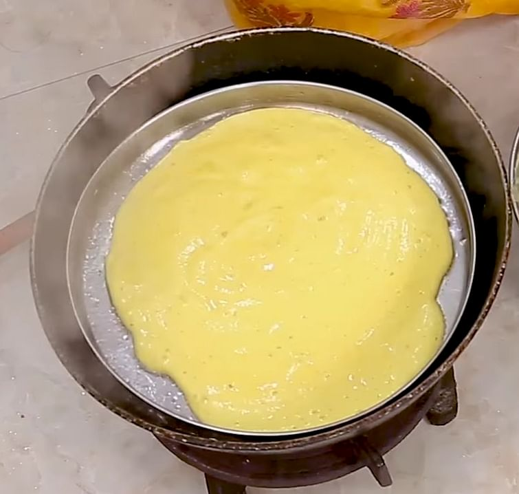 """<div class=""""paragraphs""""><p>Pour the prepared batter into the greased plate.</p></div>"""