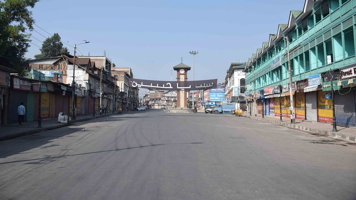Restrictions Remain in Place in Kashmir as Geelani Given Quiet Burial by Police