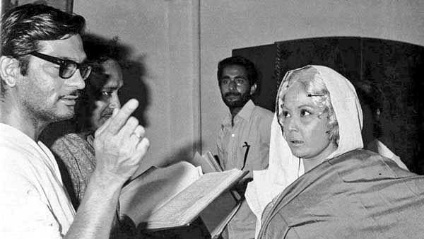 """<div class=""""paragraphs""""><p>Gulzar with Meena Kumari on the sets of&nbsp;<em>Mere Apne.</em></p></div>"""