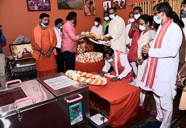 "<div class=""paragraphs""><p>UP deputy CM Keshav Maurya pays his last respect to mortal remains of Narendra Giri</p></div>"