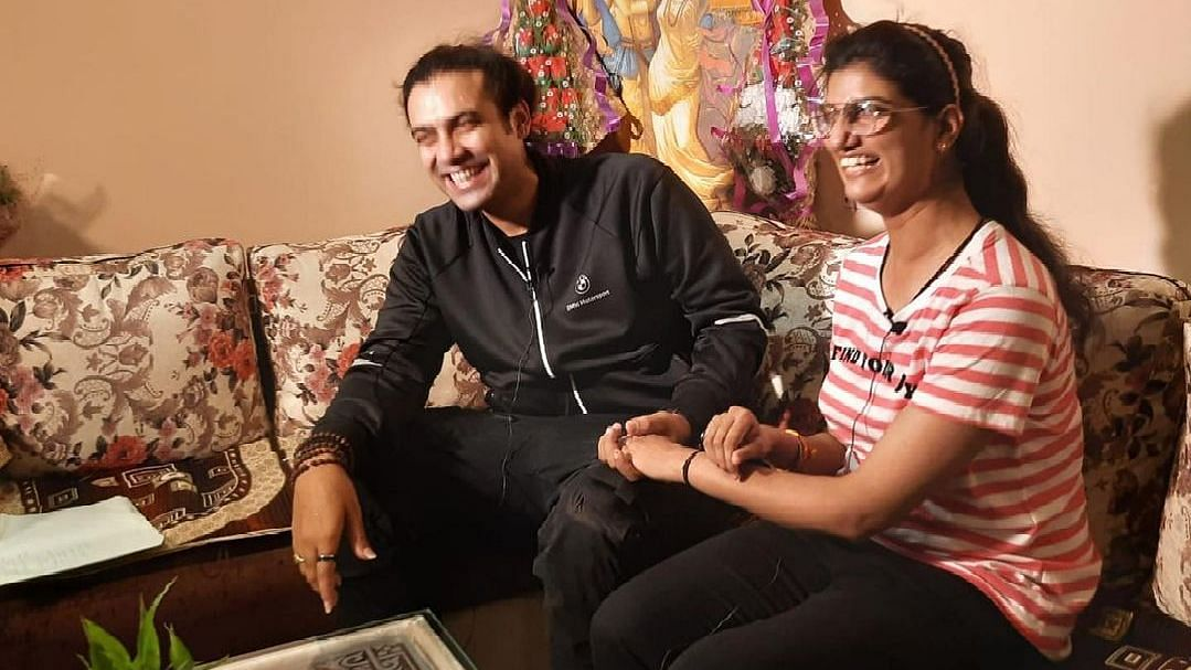 "<div class=""paragraphs""><p>Singer Jubin Nautiyal with <em>Kaun Banega Crorepati 13</em> winner Himani Bundela.</p></div>"