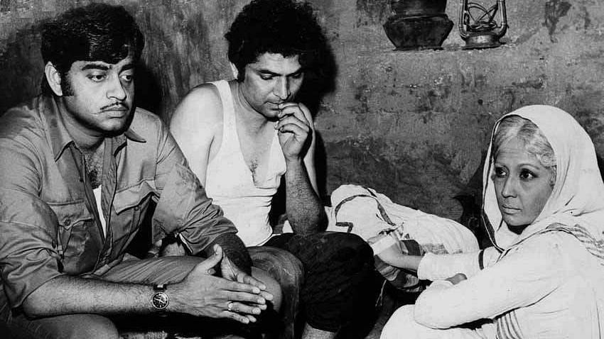 """<div class=""""paragraphs""""><p>Shatrughan Sinha, Asrani and Meena Kumari on the sets of&nbsp;<em>Mere Apne.</em></p></div>"""