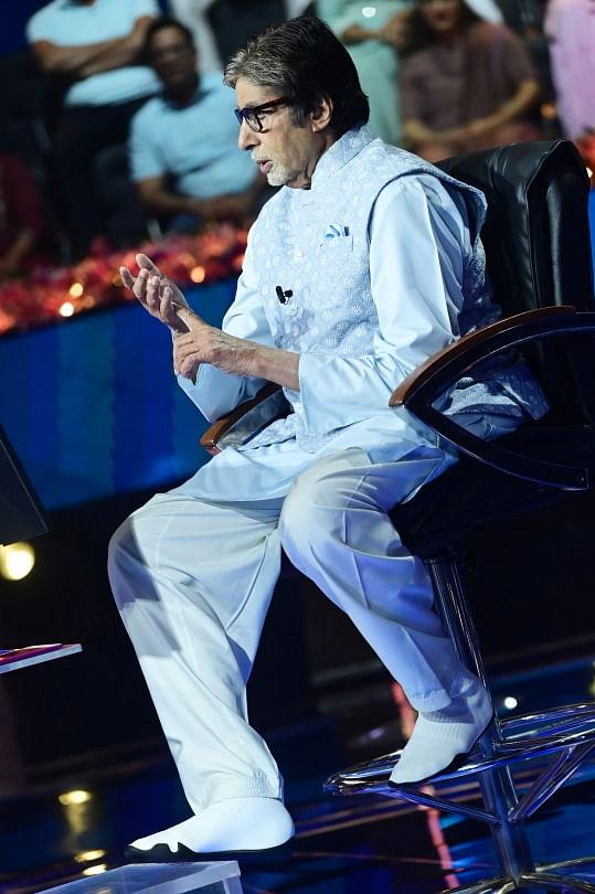 """<div class=""""paragraphs""""><p>Amitabh Bachchan  with his fashionable shoes.</p></div>"""