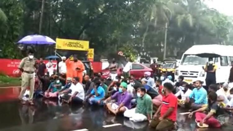 """<div class=""""paragraphs""""><p>Fishermen blocked the national highway in Ponnani on Sunday, 17 October protesting to continue the search operation.</p></div>"""