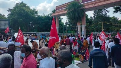 """<div class=""""paragraphs""""><p>Tiruvallur: Retrenched and permanent contract workers of Hindustan Motors protest demanding land or permanent job.</p></div>"""