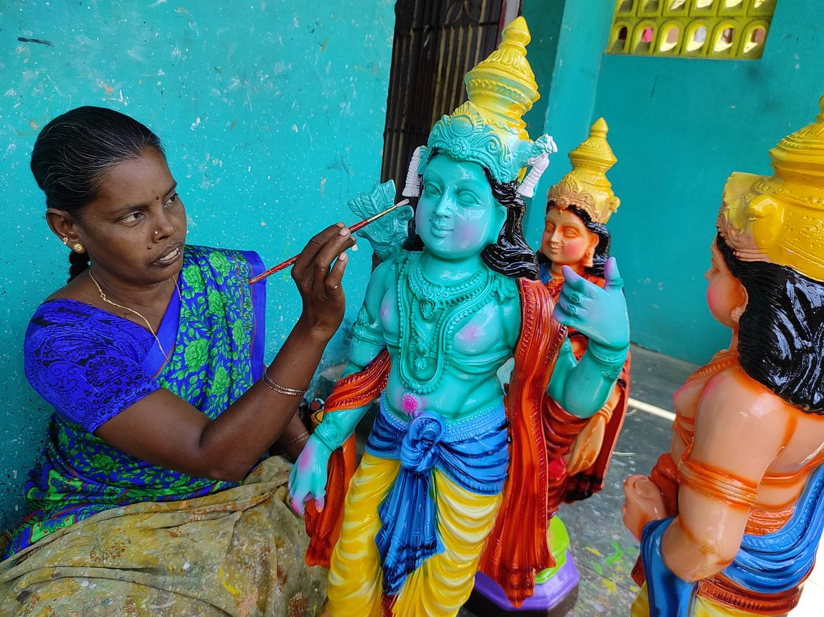 "<div class=""paragraphs""><p>A traditional Golu doll maker at work </p></div>"