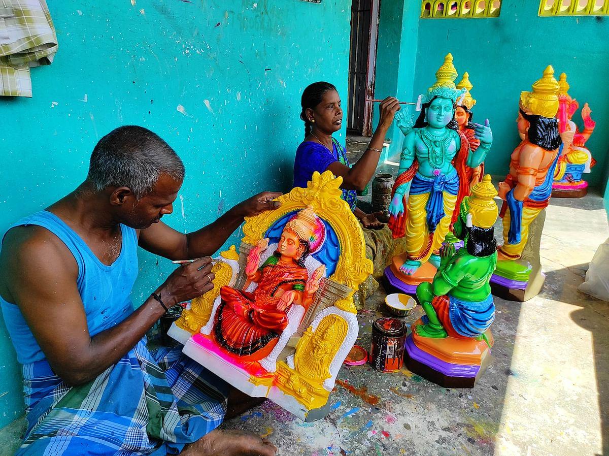 "<div class=""paragraphs""><p>Artisans at work at doll maker Suresh's house.</p></div>"