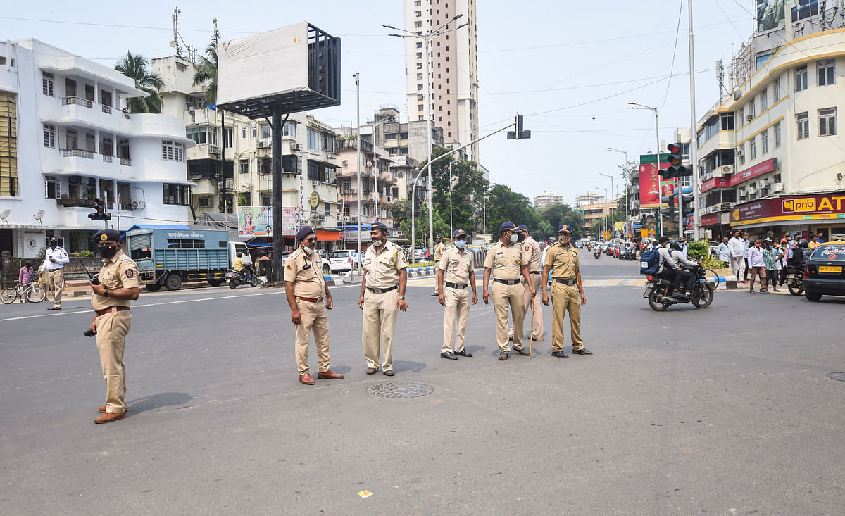 """<div class=""""paragraphs""""><p>Police personnel stand guard at Worli junction.</p></div>"""