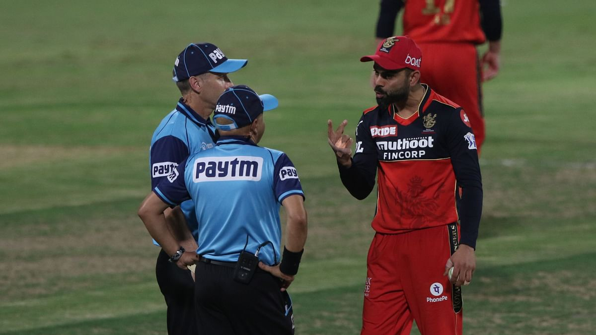 "<div class=""paragraphs""><p>Virat Kohli speaks with the umpires.</p></div>"