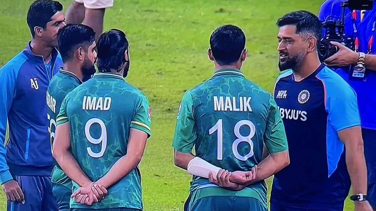 """<div class=""""paragraphs""""><p>MS Dhoni was seen interacting with Pakistani players after the T20 World Cup match against India.</p></div>"""