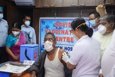 """<div class=""""paragraphs""""><p>Train passengers took Covid vaccine from health workers during a train that was turned into a COVID vaccination center Arogya Mobile Vaccination Unit  organised by Eastern Railway, Sealdah Division in Kolkata on 28 June 2021. </p></div>"""