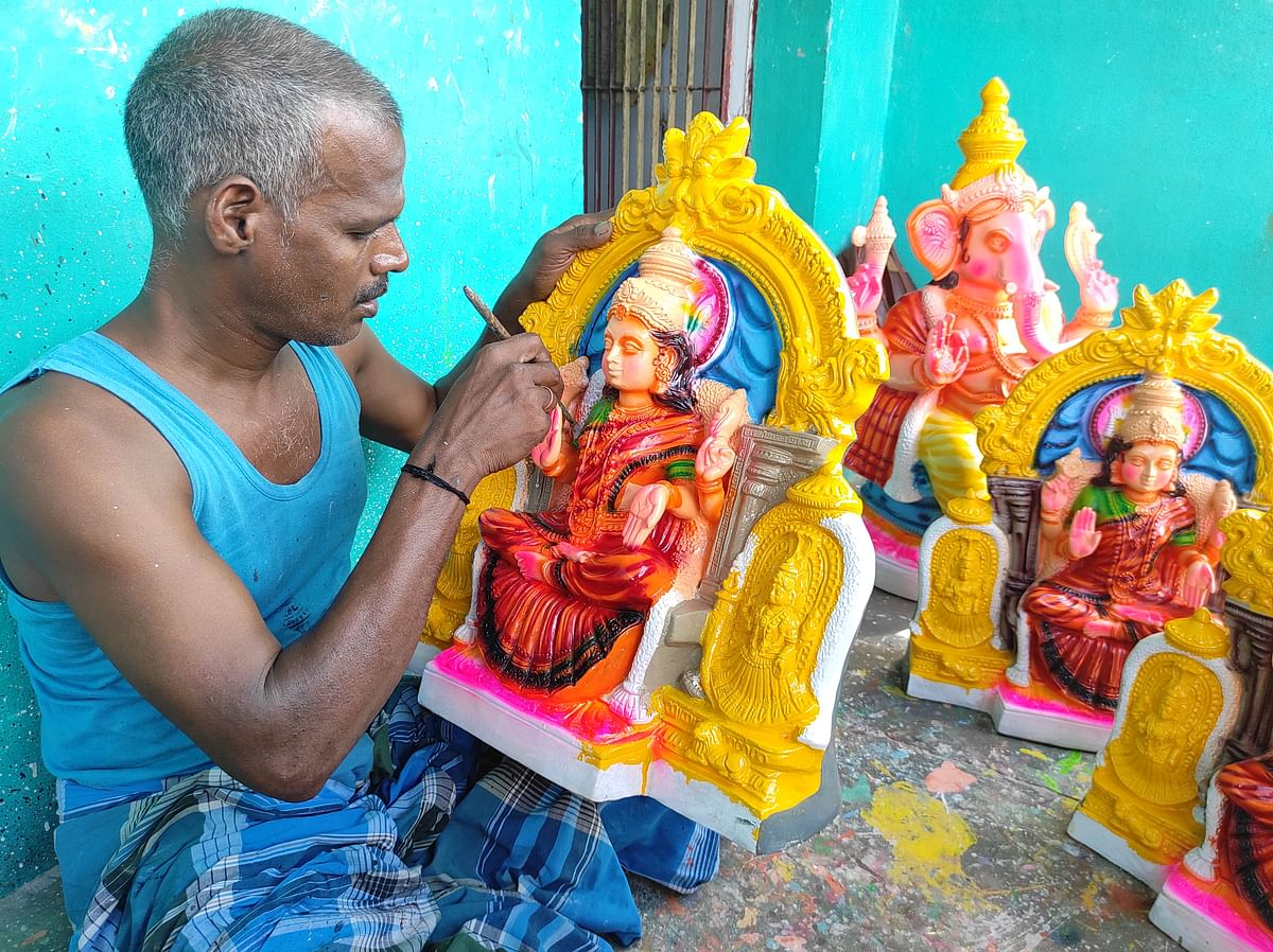 "<div class=""paragraphs""><p>Traditional Golu artisan Kannan at work.</p></div>"