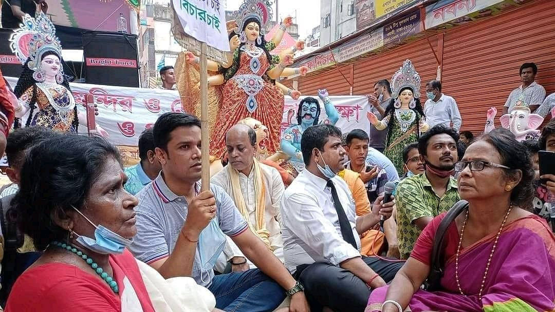 """<div class=""""paragraphs""""><p>People in Bangladesh protest against the alleged incidents of vandalism of Hindu temples and idols.</p></div>"""